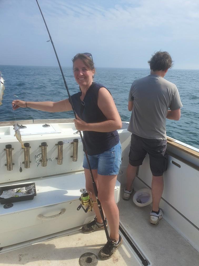 une pêcheuse heureuse